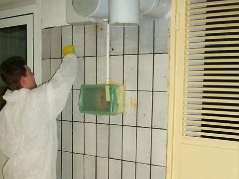 Obraz przedstawia renowację glazury na etapie przed ukończeniem.